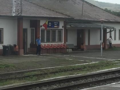 Ordentlich: An jedem noch so kleinen Bahnhof steht der jeweilge Bahnhosvorsteher um die Durch-/Abfahrt des Zugs zu überwachen - stets in ordentlicher Uniform und mit Dienstmütze.